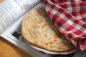 Готовые лепёшки нужно складывать друг на друга стопочкой и накрывать полотенцем! Подавайте горячими к индийским блюдам! Приятного аппетита!