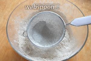 Просейте в миску два вида муки с солью.