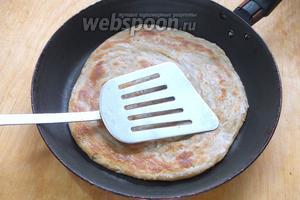 Жарьте каждую лепёшку на небольшом количестве топлёного масла с двух сторон, прижимая лопаткой —лепёшки при выпечке поднимаются.