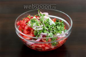 Смешать нарезанные ингредиенты в одном салатнике, посолить. Дать настояться салату минут 10.