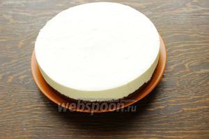 Извлечь тортики из формы, покрыть глазурью.