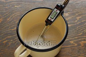 К желатину добавить половину нормы сахара, растворить, помешивая (не кипятить!) на маленьком огне, оптимальная температура 60ºC.