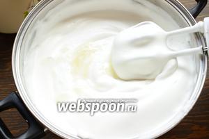 Ввести тонкой струйкой остывший желатин, не прекращая взбивать и понемногу сливочный крем. Посуду берите просторную:))