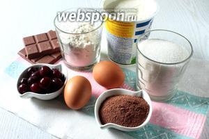 Для приготовления нам понадобятся яйца куриные, сахар, разрыхлитель, мука пшеничная, масло растительное, кипяток, какао порошок, сметана, желатин, шоколад и вишня свежая.