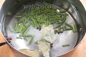 Вскипятить воду с солью, сахаром, лавровым листом, нарезанными стрелками и перцем.