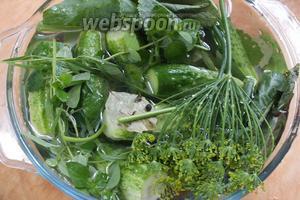 Дать рассолу остыть полностью или до 40°С. Чем ниже температура рассола, тем ярче будет цвет готовых огурчиков. Залить огурцы и травы рассолом, накрыть посуду крышкой и убрать в холодильник на полку для овощей.