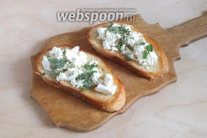 Дайте тостам немного остыть, разложите сверху сыр и посыпьте мятой.