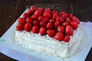 Сверху на готовый шоколад, выкладываем целые ягоды клубники.
