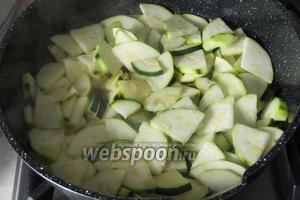 В сковороде разогреть масло, выложить в него кабачки и полить 1,5 ч. л. лимонного сока. Перемешать кабачки и пожарить в течении 5 минут.