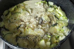 Следом добавить сметану, выдавить чеснок с помощью пресса, посолить и поперчить кабачки по вкусу, добавить сухие травы. Тушить вместе несколько минут.