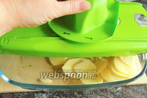 Картофель нарезаем пластинками не толще 2 мм.