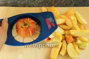 Яблоки нарезаем на дольки, сердцевинку с косточками удаляем.