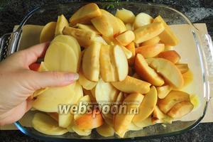 В форму для выпекания кладём картофель и яблоки, перемешаем.