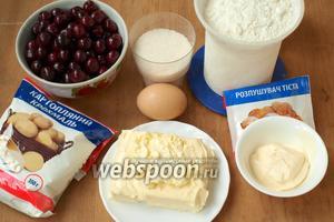 Для приготовления песочного пирога нам понадобится мука, сахар, сметана, яйцо, сливочное масло, разрыхлитель, крахмал и свежая вишня.