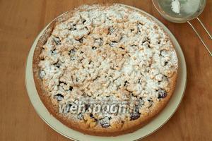 Снять кольцо, выложить пирог на блюдо и посыпать сахарной пудрой. Приятного чаепития!