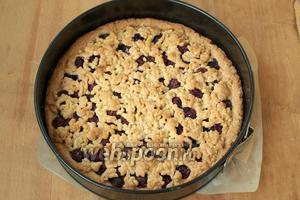 Разогреть духовку до 180ºC и выпекать пирог 45 минут до золотистого верха. Готовый пирог остудить в форме.
