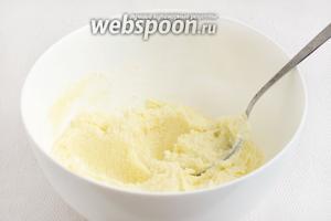 Мягкое сливочное масло растереть с сахаром.