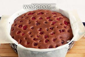 Готовый пирог остудить в форме, а затем вынуть.