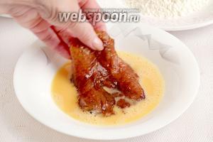 Кусочки курицы достать из маринада и обвалять сначала в яйце.