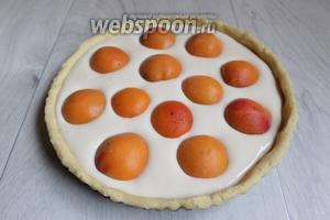 Наше тесто достаём и наливаем на него начинку. Выкладываем сверху абрикосы, подтапливая как бы их. Ставим в разогретую духовку до 180°С на 40 минут.