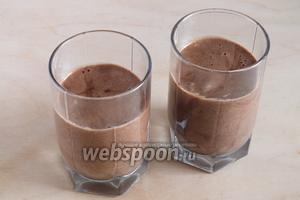 Готовую массу разлейте в стаканы или креманки и уберите в холодильник на 2, а лучше на 4 часа. Десерт сладкий и калорийные, поэтому порции будут не очень большие по 100 мл!  При подаче добавьте малину и шоколадную стружку. Приятного аппетита!