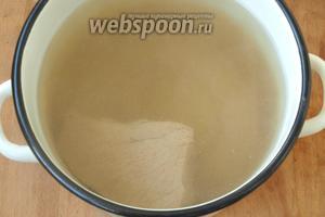 Говядину залить водой и сварить до готовности. Варить около 1 часа пока мясо станет мягким.