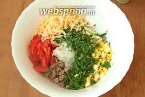 В глубокий салатник сложить мясо, яйца, лук. Соломкой нарезать огурцы и помидоры. Натереть твёрдый сыр и добавить измельчённую петрушку.