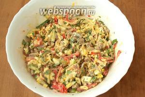 Соль и перец добавить по вкусу и перемешать салат. Подавать сразу. Приятного аппетита!