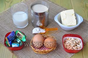 Для выпечки приготовим муку, масло, сахар коричневый, яйца, молоко, разрыхлитель, сироп для смазывания.