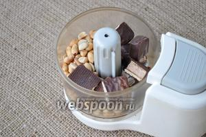 Орехи с конфетами измельчить в блендере.