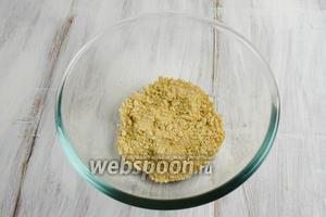 Выкладывать в стеклянные креманки ингредиенты слоями, начиная с крошки печенья.