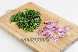 Фиолетовый лук нарезать тонкими полукольцами, зелень порубить.