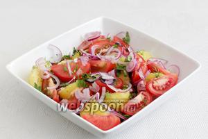Разложить помидоры и оливки, посыпать оставшимся луком и зеленью.