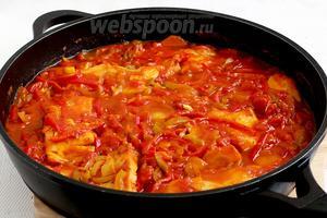 Попробовать соус на вкус. Добавить чего не хватает — соль, сахар и кислота. Через 20 минут огонь выключить и дать рыбе настояться ещё минут 10. В посуде должна остаться жидкость, как соус.
