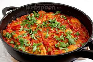 Посыпать рыбу рубленой кинзой и подавать с любым подходящим гарниром — рисом, кус-кусом. Приятного аппетита!
