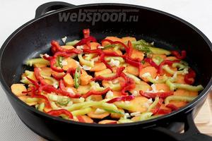 На дно подходящей посуды выложить колечки моркови, часть чеснока, перца сладкого и острого. Чуть посолить.