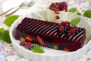 Желе с ягодами и персиками