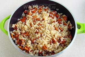 Смесь на сильном огне довести до кипения, накрыть крышкой, уменьшить нагрев и готовить до испарения всей жидкости и готовности риса.