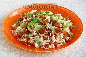 Готовое блюдо посыпать рубленой зеленью петрушки.