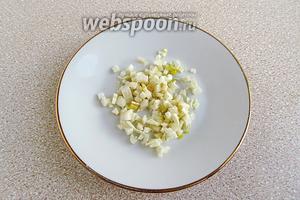 Дольки чеснока очистить от сухой оболочки и мелко порубить.