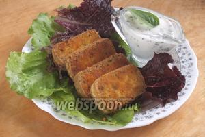 Подайте горячий обжаренный тофу с соусом и листьями салата. Приятного аппетита!