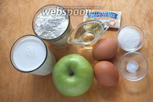 Подготовьте необходимые ингредиенты: молоко, муку, яблоки, сахар, соль, масло, корицу.
