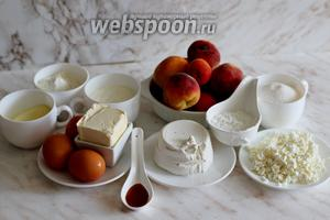 Для приготовления нам понадобятся: персики свежие и абрикосы, мука пшеничная и кукурузная, сахар, соль, разрыхлитель, масло сливочное, ванилин, сыр рикотта, творог и сметана.