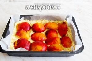 В форму поверх теста выложить ряд абрикосов.