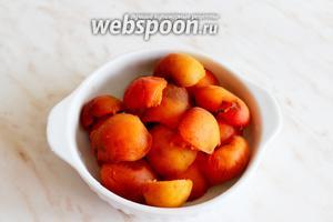 Персики и абрикосы разделить на половинки.