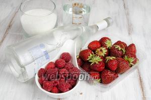 Чтобы приготовить ликёр, нужно взять ягоды малины и клубники, сахар, воду, водку.
