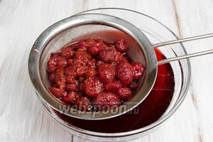 Процедить напиток через сито. Ягоды сложить в баночку и приготовить пирог с «хмельными» сладкими ягодами.
