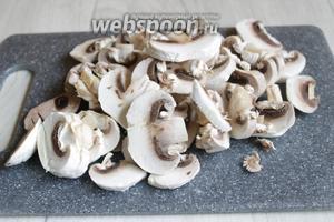 Почистим грибы и тоже порежем пластинками.