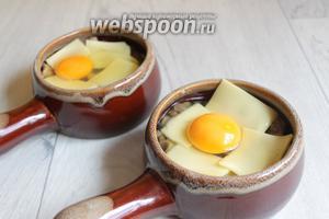 Кладём по бокам сыр и в середину разбиваем яйцо. Ставим в разогретую до 190°С духовку на 10 минут. Тут надо смотреть какие вы хотите яйца получить. Если всмятку, то может хватить и 5 минут.