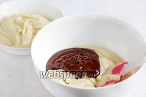 Полученное тесто разделить на две половинки. В одну из них добавить растопленный шоколад, а в другую смородину.